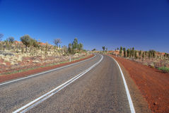 Uluru - de Rijweg van het Park van Kata Tjuta royalty-vrije stock foto's