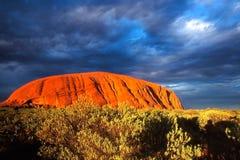 Uluru e cloudscape Immagine Stock