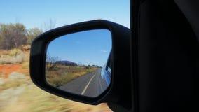 Uluru reflejó en un espejo de coche