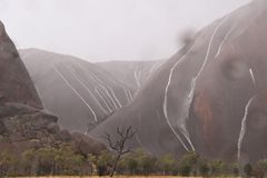 Uluru - tijdens het onweer royalty-vrije stock fotografie