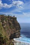 Uluwatu洞和海蓝天和clound的,巴厘岛,印度尼西亚 库存图片