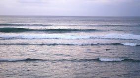 Uluwatu Surfisti che praticano il surfing nell'oceano Il numero quattro pratica il surfing la destinazione nel mondo per i surfis stock footage