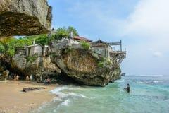 Uluwatu wyrzucać na brzeg, Bali Indonezja, Październik, - 2, 2016: Surfingowowie na Uluwatu plaży Obraz Royalty Free