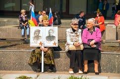 ULYANOVSK, RÚSSIA - 9 DE MAIO DE 2016: Mulheres idosas com um retrato da relativo ao regimento imortal Imagem de Stock