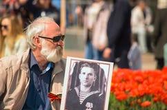 ULYANOVSK, RÚSSIA - 9 DE MAIO DE 2016: Um homem idoso com um retrato da relativo ao regimento imortal Foto de Stock Royalty Free