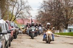 Ulyanovsk Rosja, Maj, - 03 2019: Kolumna motocyklista przejażdżki wzdłuż ulicy zdjęcie stock