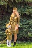 ULYANOVSK ROSJA, MAJ, - 9, 2016: Młoda kobieta i dziecko w postaci Radzieckiej wojsko wojny światowa 2 ery Fotografia Royalty Free