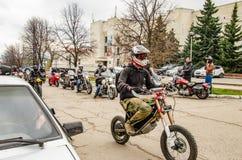 Ulyanovsk Rosja, Maj, - 03 2019: Motocykliści na ulicie miasto fotografia stock