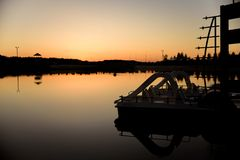 Ulyanovsk, Rosja Zmierzch przy wybrzeżem jezioro obrazy royalty free