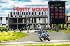 Ulyanovsk, Rusia - 10 de junio de 2017 Un corredor de la motocicleta en una motocicleta azul en una pista de los deportes Foto de archivo
