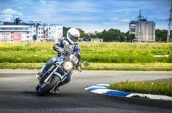 Ulyanovsk, Russie - 10 juin 2017 Un coureur de moto sur une moto sur une voie de sports Images libres de droits