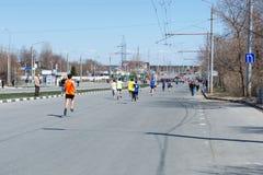 Ulyanovsk, Russland - 20. April 2019: jährlicher Stadtfrühlingsmarathon Sonniger Tag Gesunder Lebensstil stockbild