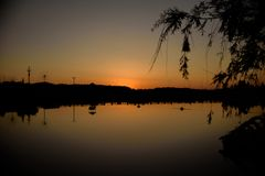Ulyanovsk, Russland Sonnenuntergang an der Küste des Sees stockfotografie