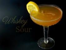 Um ácido de uísque em um vidro do cupê com uma guarnição da roda de vagão do limão O texto adicionou imagem de stock