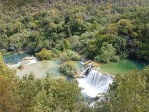 Um ângulo largo disparou das cachoeiras do parque nacional de Krka Imagens de Stock