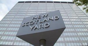 Um ângulo largo disparou do sinal novo de Scotland Yard, Londres, Inglaterra filme