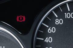 Um ícone do handbrake em amomobile de um círculo e de uma marca de exclamação para dentro fotografia de stock