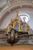 Um órgão dourado cinzelado bonito em uma das igrejas de Praga velha imagens de stock