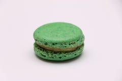 Um único macaron verde no fundo branco Foto de Stock