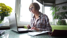Um único pensionista da mulher trabalha com seu computador filme