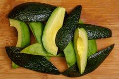 Um abacate cortado e cortado com a pele removeu e o presente, st imagens de stock