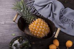 Um abacaxi fresco fotografia de stock