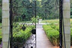 Um aberto, dando boas-vindas à porta Imagens de Stock Royalty Free