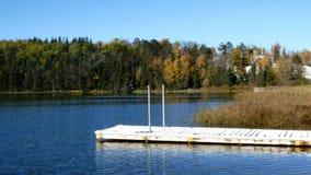 Um acesso p?blico do barco do lago do norte Minnesota em madeiras nortes remotas serenos vídeos de arquivo