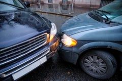 Um acidente de trânsito na cidade no tempo chuvoso entre uma carrinha e um SUV Formulário geral Imagem de Stock