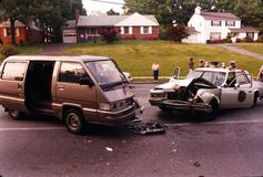 Um acidente que envolve um carro de polícia fotografia de stock