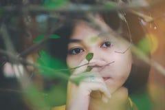 Um adolescente asiático novo é feliz e descansando com natureza em férias imagem de stock royalty free