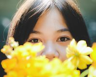 Um adolescente asiático novo é feliz e descansando com natureza em férias imagens de stock