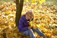 Um adolescente com seu cabelo abaixo das caminhadas no Forest Park no outono imagens de stock royalty free