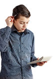 Um adolescente com uma pena no ruke Adolescente com uma calculadora em sua mão Negócio de dinheiro do menino de escola Pessoa bon imagem de stock royalty free