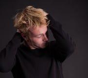 Um adolescente masculino para fora forçado fotografia de stock