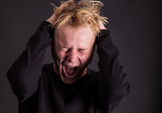Um adolescente masculino para fora forçado que grita foto de stock royalty free