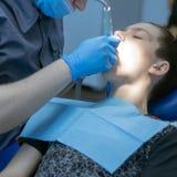 Um adolescente na odontologia em uma nomeação do ` s do dentista Tratamento dental Uma imagem quadrada fotos de stock