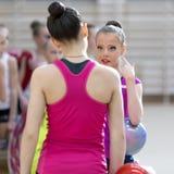 Um adolescente novo prepara-se para o desempenho, aquecendo-se e executa-se elementos ginásticos nas competições Imagens de Stock