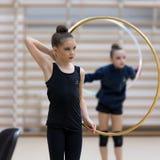 Um adolescente novo prepara-se para o desempenho, aquecendo-se e executa-se elementos ginásticos nas competições Imagens de Stock Royalty Free