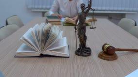 Um advogado no local de trabalho examina documentos e legislação video estoque