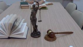 Um advogado no local de trabalho examina documentos e legislação filme