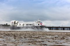 Um aerodeslizador sae do porto de Ryde na ilha do Wight Imagens de Stock Royalty Free