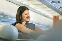 Um aeromoço fêmea de Aegean Airlines que serve um sorriso do passageiro imagens de stock