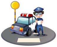 Um agente da polícia ao lado de seu carro-patrulha Fotos de Stock Royalty Free