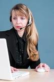 Um agente do serviço de atenção a o cliente verific um pedido Foto de Stock Royalty Free