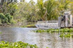 Um airboat pronto para uma excursão no parque nacional dos marismas em Florida, EUA Imagem de Stock