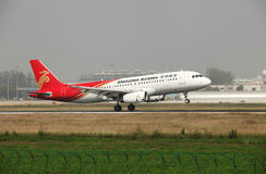Um Airbus 320 que aterra na pista de decolagem Foto de Stock