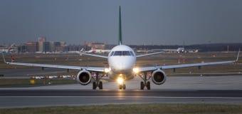 um airplan na pista de decolagem na noite Imagens de Stock