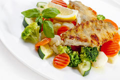 Um alimento saboroso. Peixes e vegetais grelhados. Imagem de alta qualidade Fotografia de Stock Royalty Free