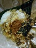 Um almoço do dólar com rendang em Indonésia foto de stock royalty free